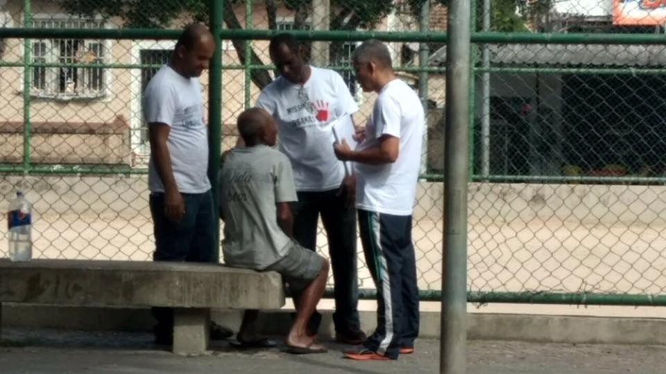As pessoas estão nas ruas de Madureira aguardando a verdadeira mensagem de Jesus Cristo.